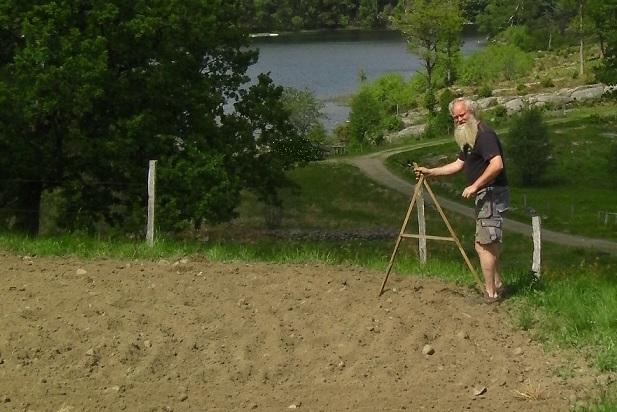 Tomas mäter fältet med mätsticka